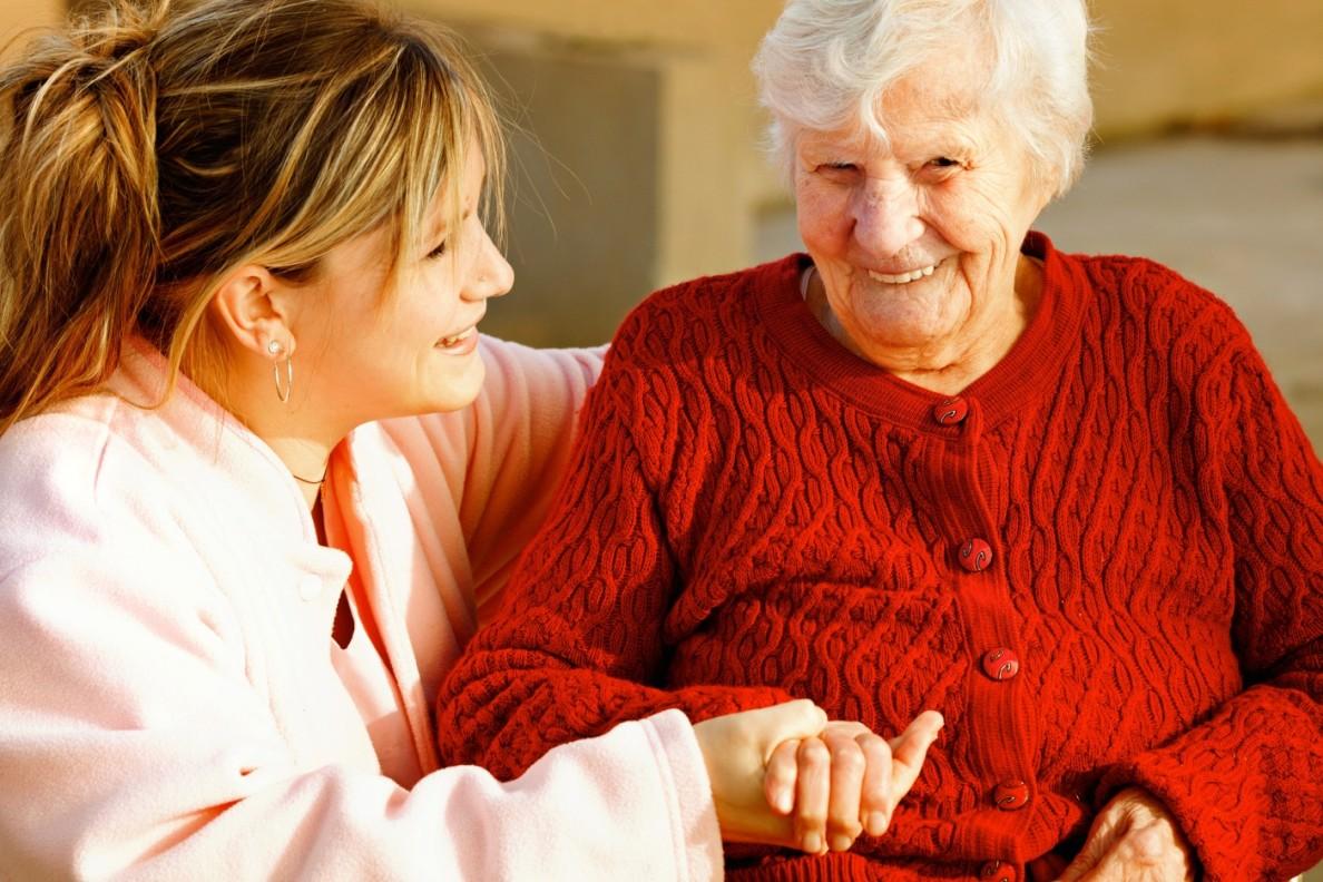 Opiekunka trzymająca za rękę podopieczną