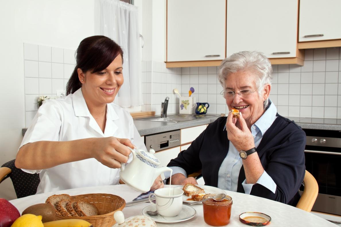 Opiekunka podczas śniadania z podopieczną